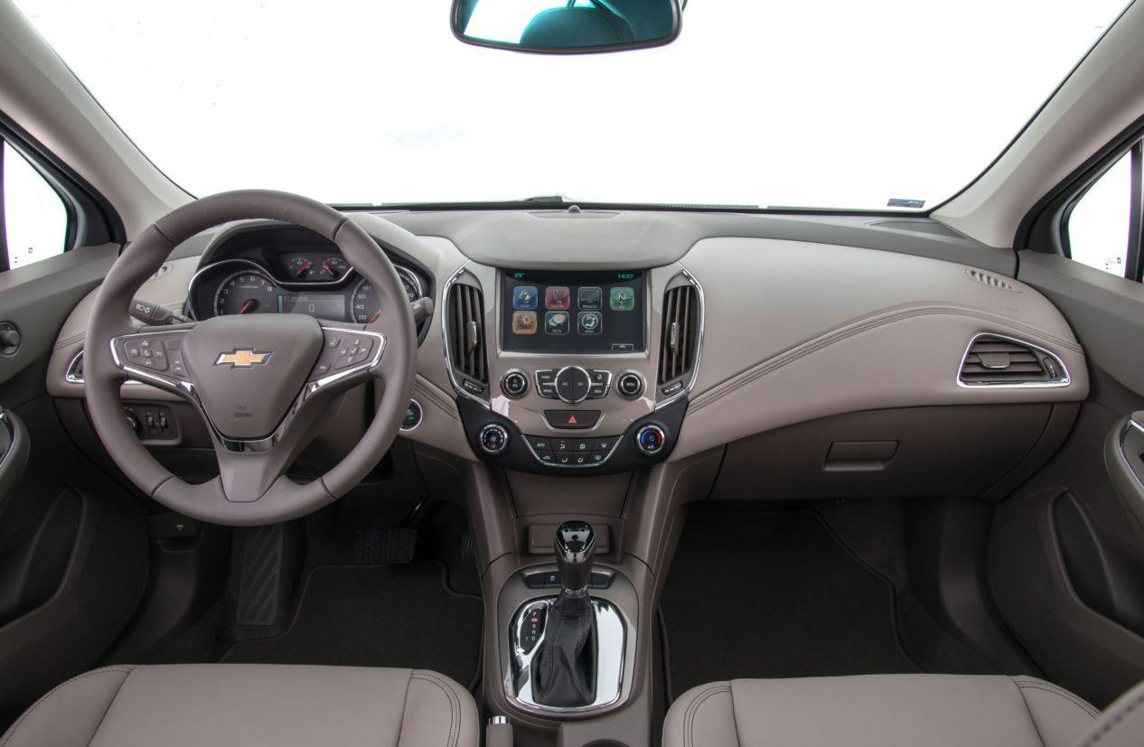 Chevrolet Cruze Sport6 é bom, mas derrapa nos detalhes