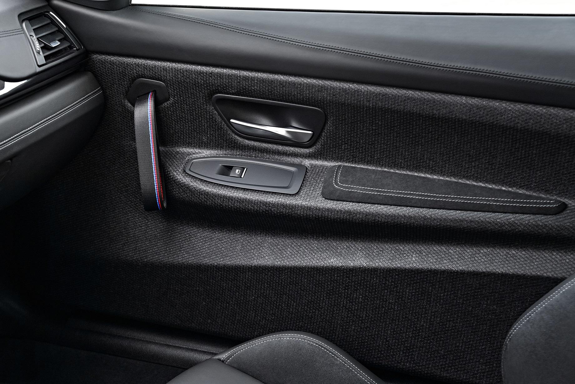 Puxador da porta foi substituído por faixa de lona no BMW M4 CS (BMW/Divulgação)