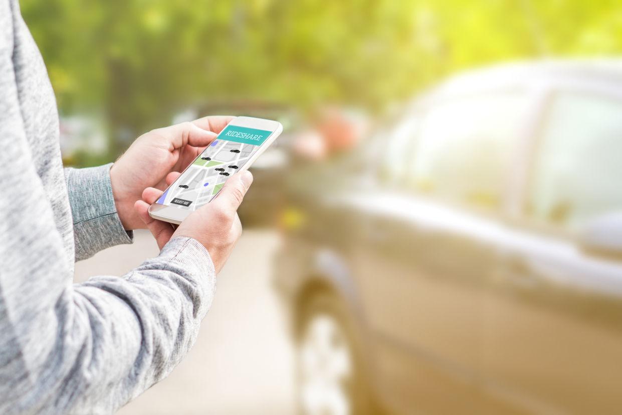 Aplicativos de compartilhamento de carro chegam aos grandes centros urbanos brasileiros. Alternativa promete ajudar o bolso dos motoristas com bastante comodidade.