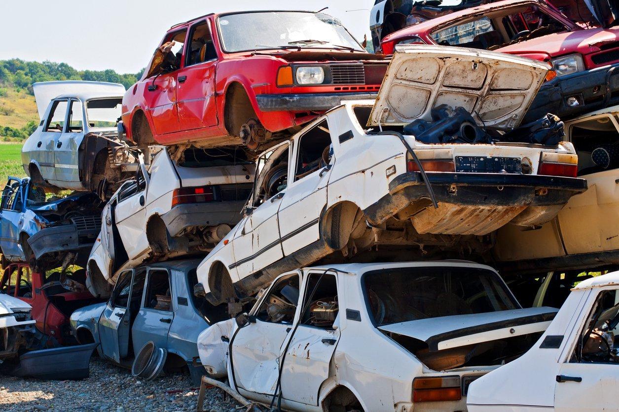 Montante de sucata de carros empilhados no ferro-velho
