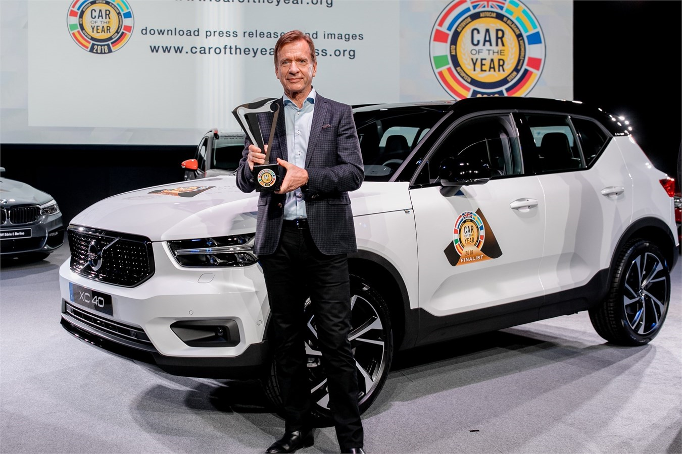 O presidente e CEO da Volvo, Håkan Samuelsson, em frente ao XC40 premiado volvo xc40 carro do ano