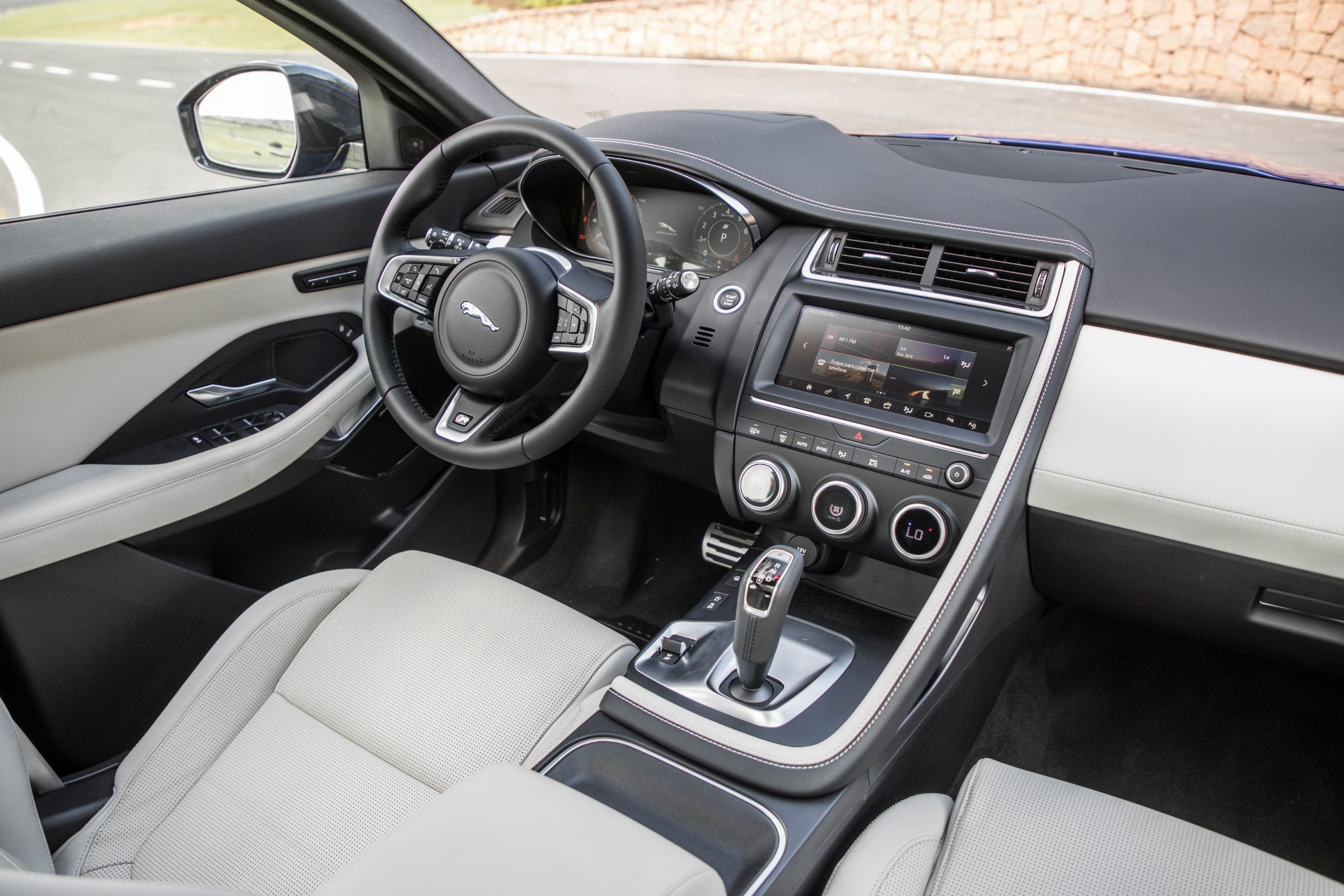 Jaguar E-Pace é SUV compacto da marca: interior é luxuoso