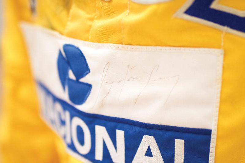 Macacão que Ayrton Senna utilizou durante 1987 será leiloado. Foi com o uniforme da Lotus que o piloto ganhou seu primeira corrida em Mônaco. Traje da sorte ainda subiu a mais 7 pódios.