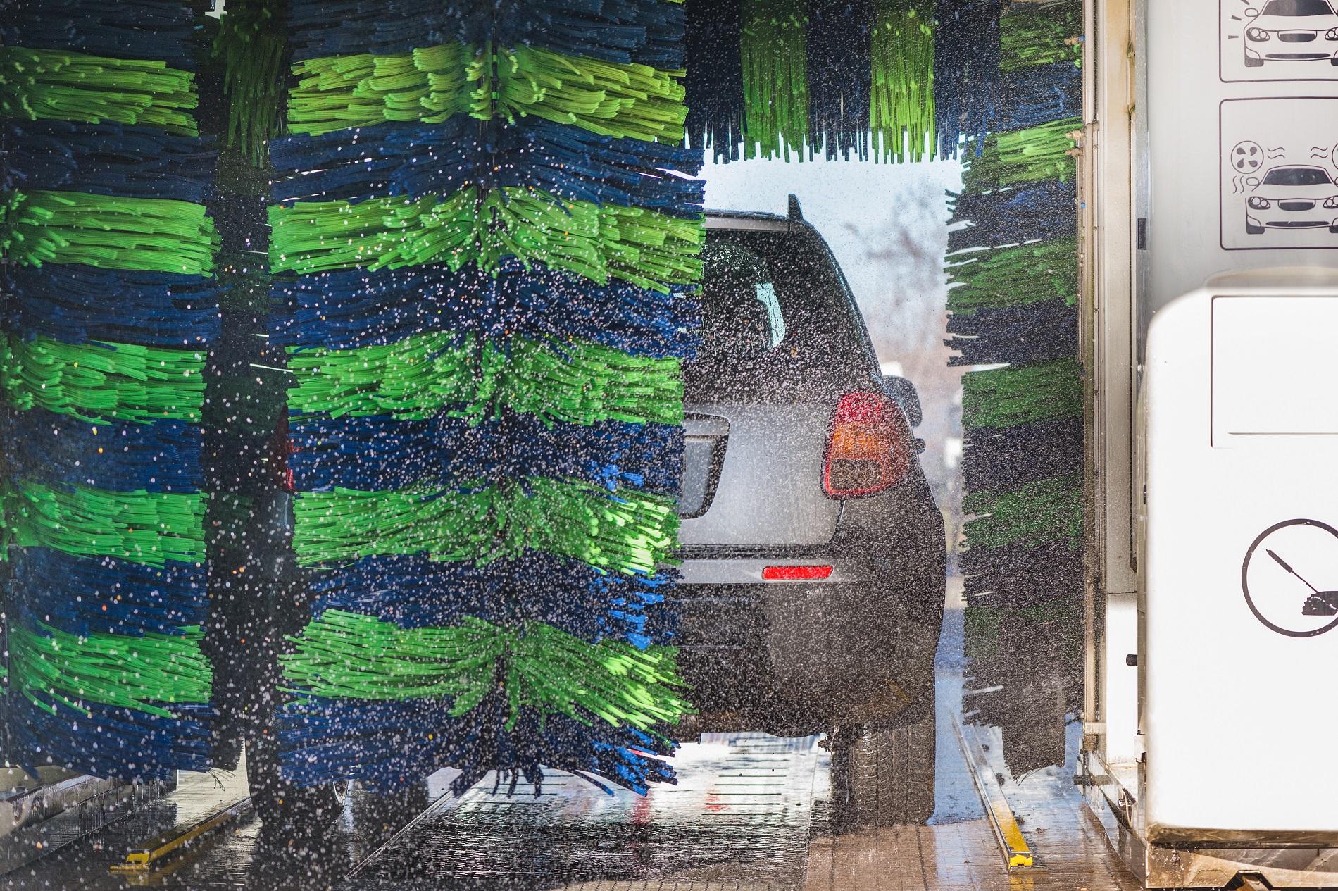 Higienização automotiva em lava a jatos com rolos não são indicados por especialista, pois podem arranhar a pintura do carro.