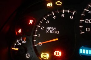 A diferença das luzes vermelhas e amarelas no painel do carro