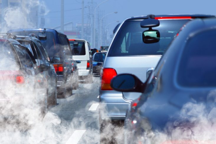 fumaca carros a combustão