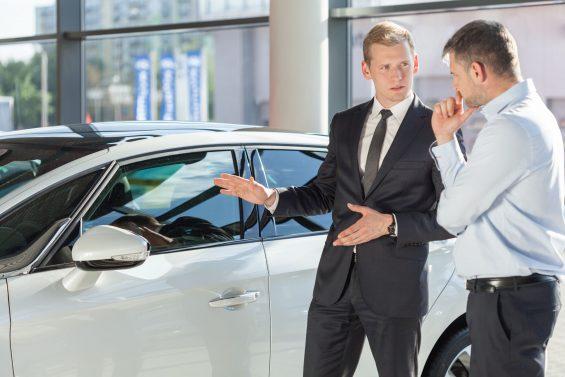Dados da Fenabrave e da Fenauto mostram recuperação do mercado automobilístico. Presidente da segunda entidade afirma que ainda é preciso ter calma.