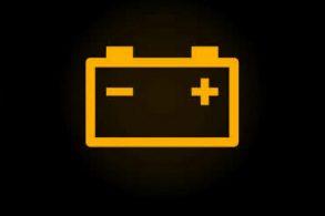 A luz da bateria acendeu no painel. E, agora?