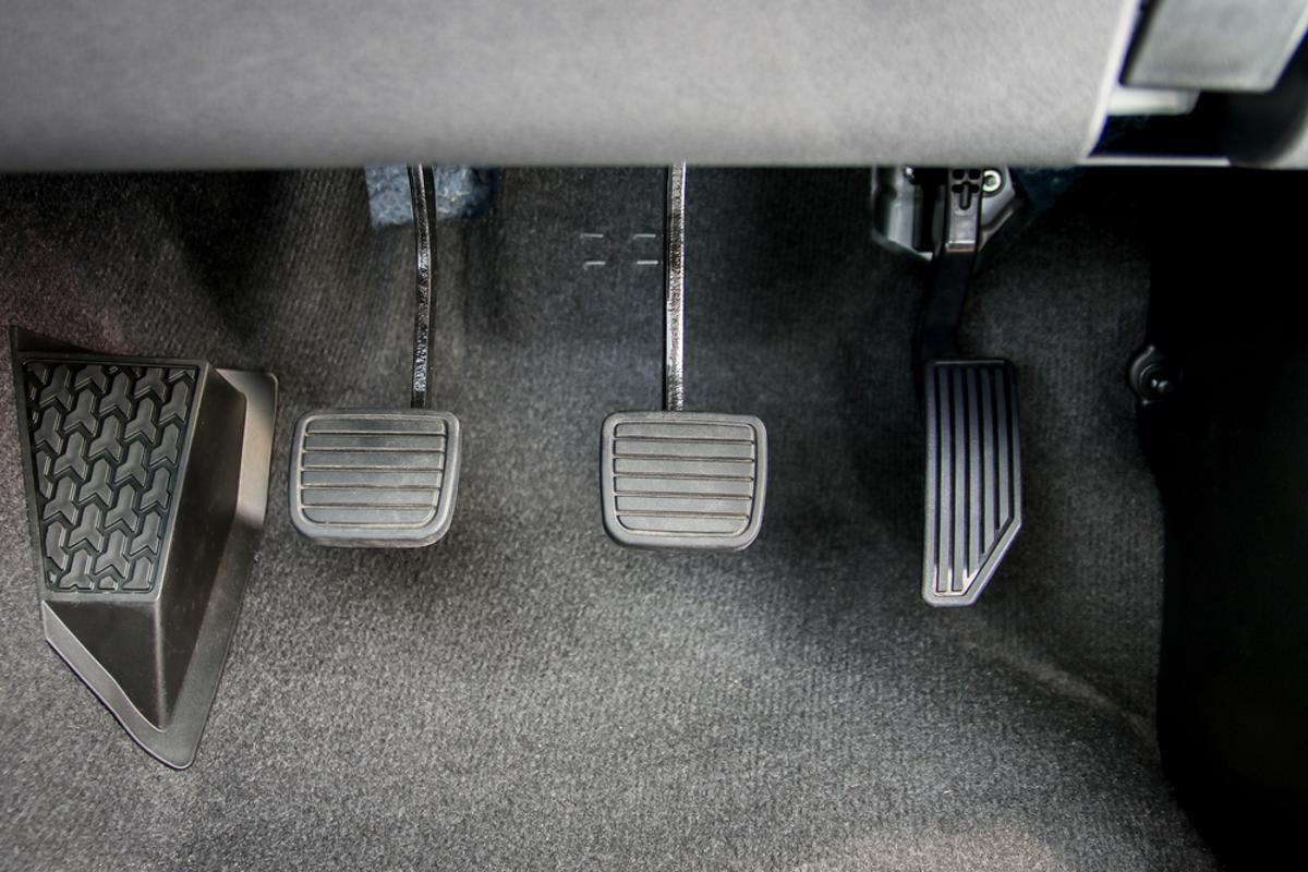 Saiba qual é a razão para aquele barulho no carro que some quando o motorista pisa na embreagem.