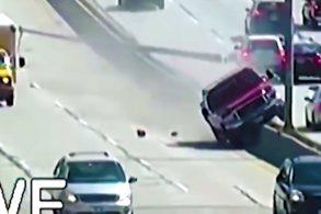 [Vídeo] Caminhonete perde o controle e derruba postes