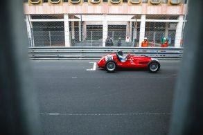 Carros de corrida antigos cruzam Mônaco em GP Historique