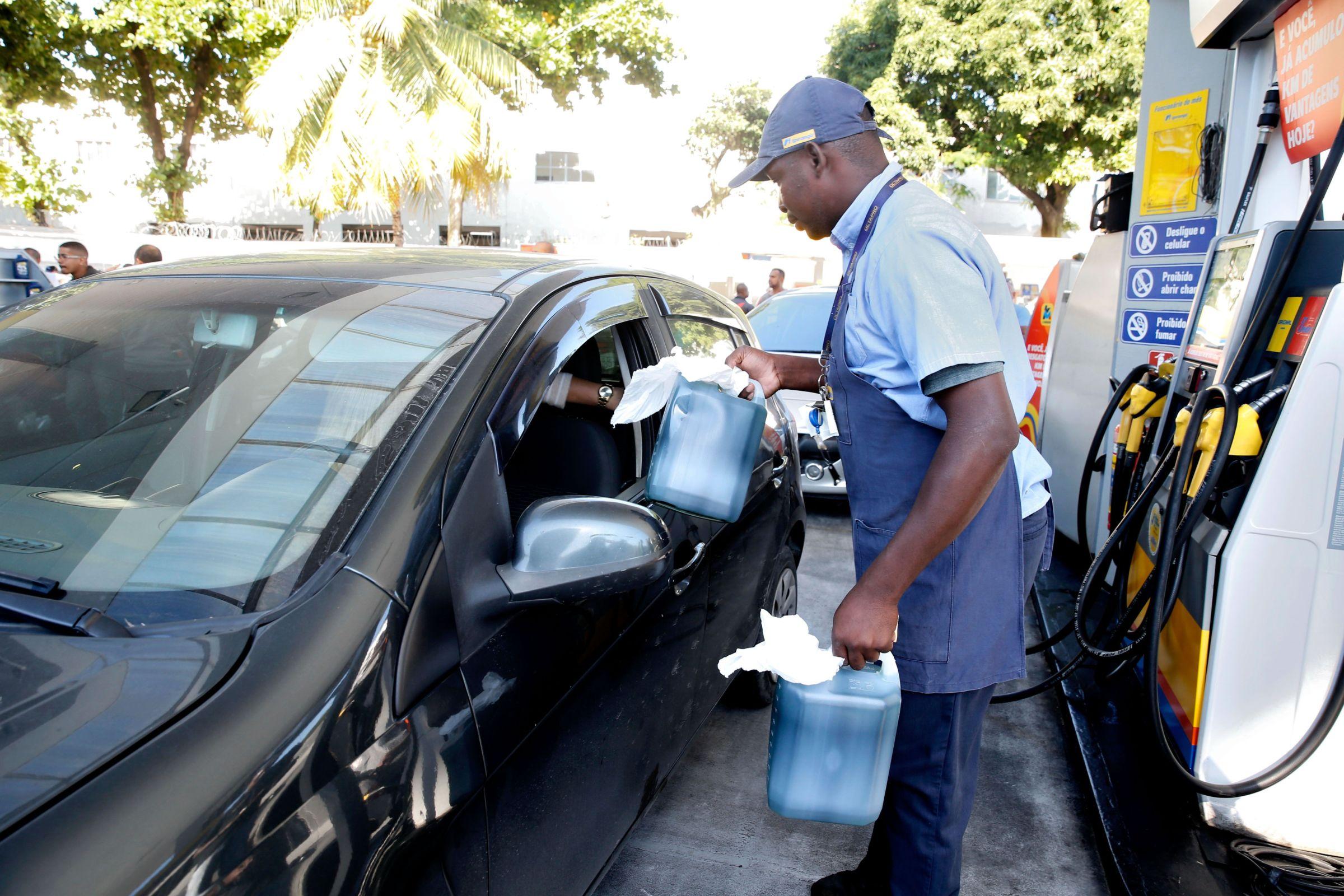Estocar combustível, assim como vender e transportar líquido inflamável é crime de ordem ambiental e econômica. Entenda quais são as punições cabíveis.