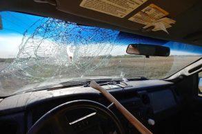 Motorista é atingido por machado 'voador'