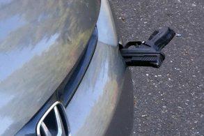 Motorista descobre uma arma espetada no para-choques