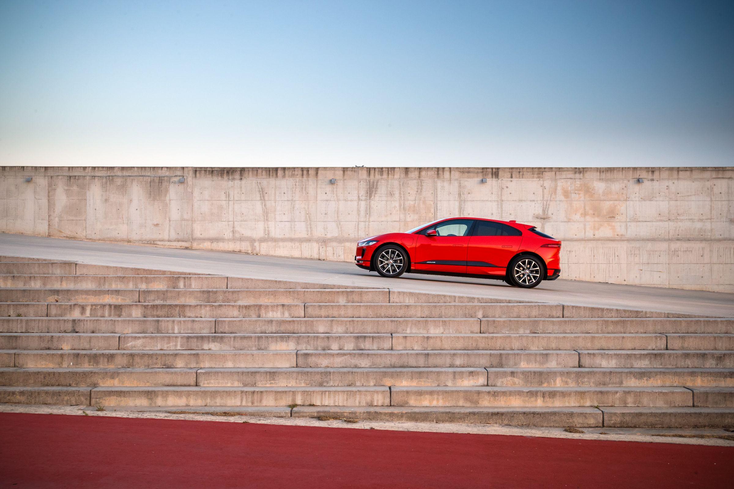 Jaguar I-Pace: espaço para pernas é bom