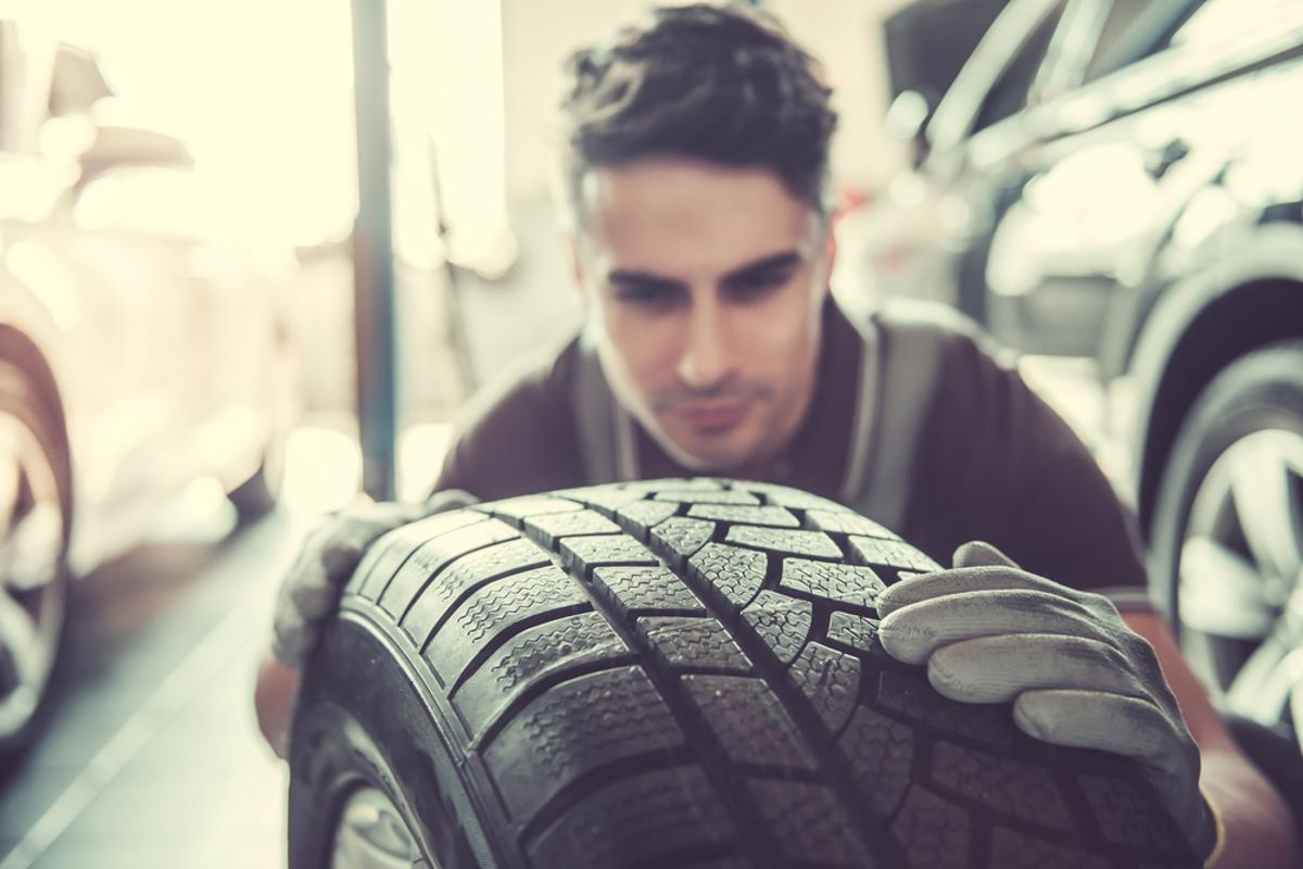 analisando pneu shutterstock 626286638