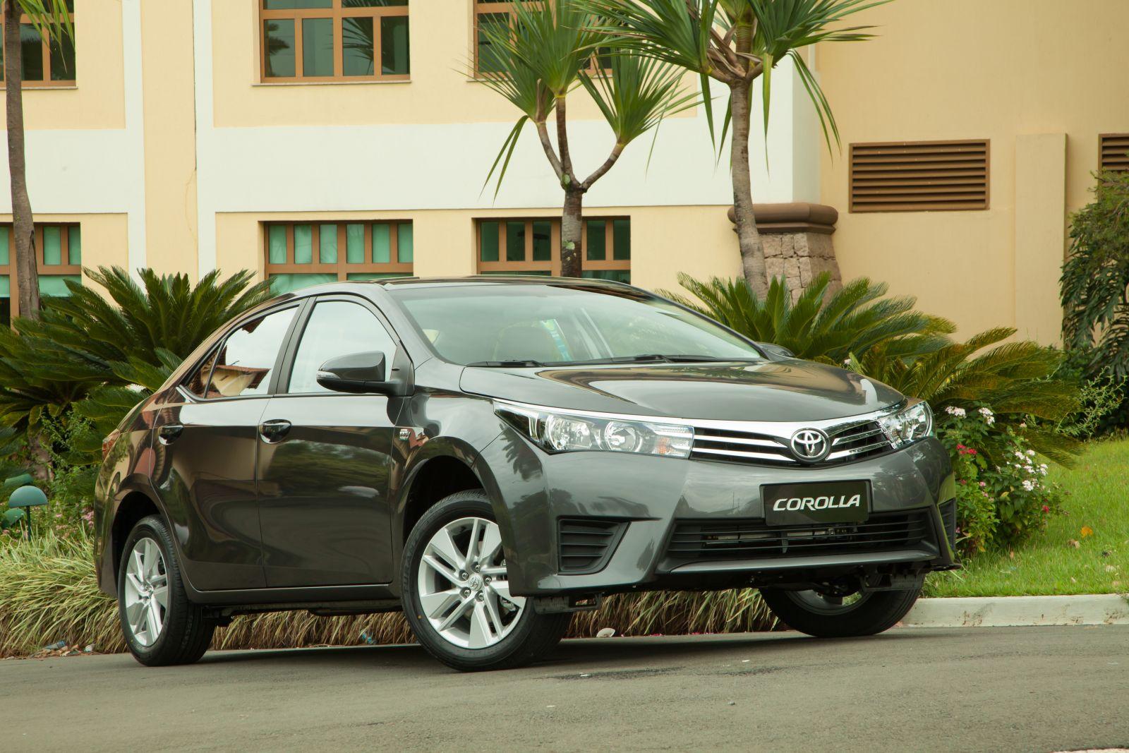 Toyota Corolla GLi enfrenta Honda City EX