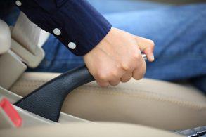 [Vídeo] Nada de delicadeza: puxe o freio de mão com força!