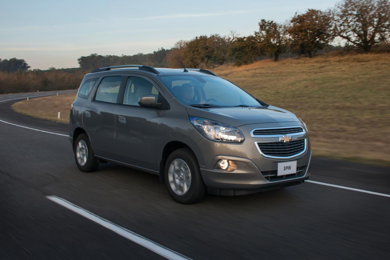 Chevrolet Spin em movimento na estrada óleo do motor