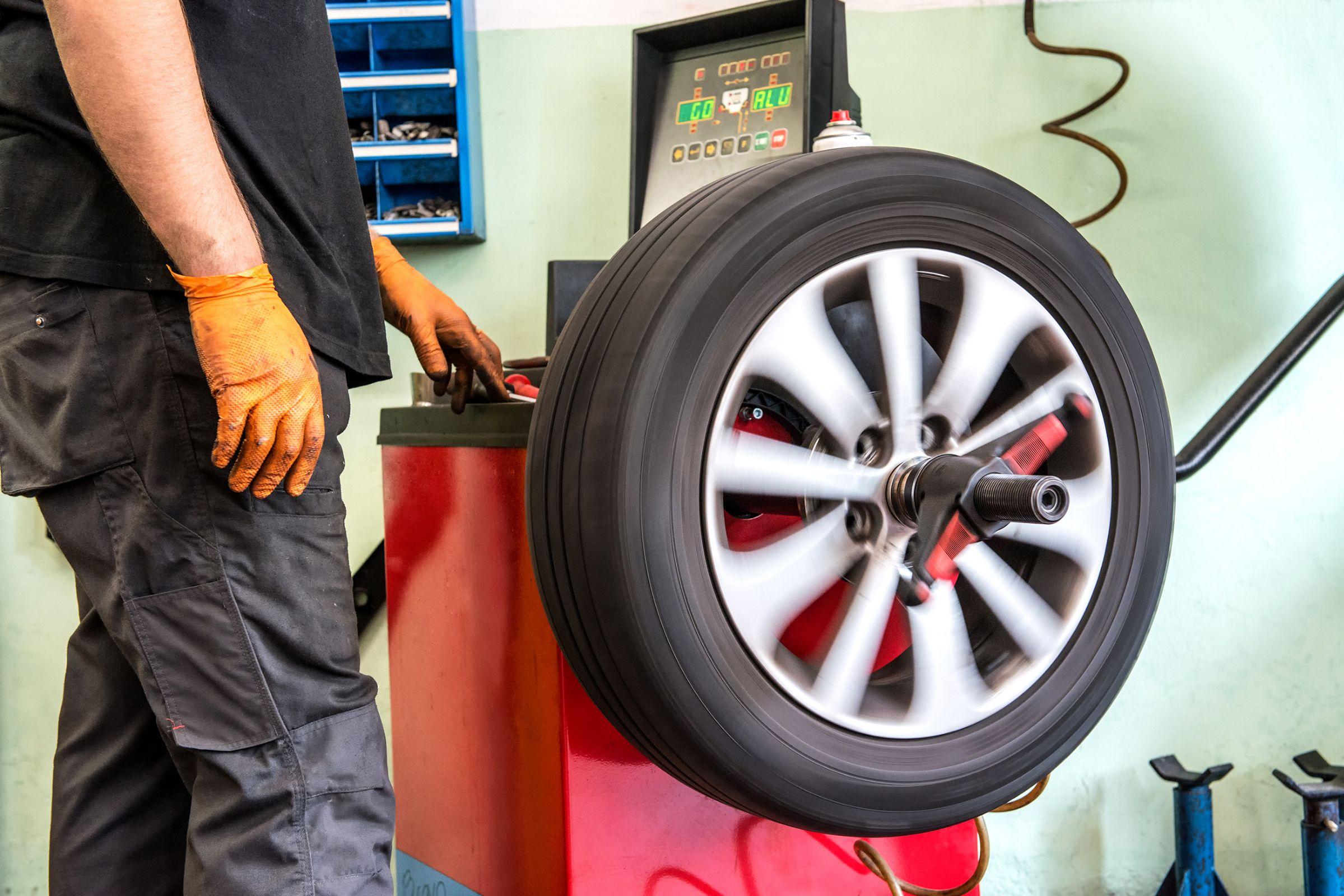 equipamento de balanceamento da roda do carro em operação