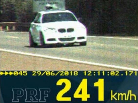 Polícia Rodoviária Federal flagrou BMW a 241 km/h