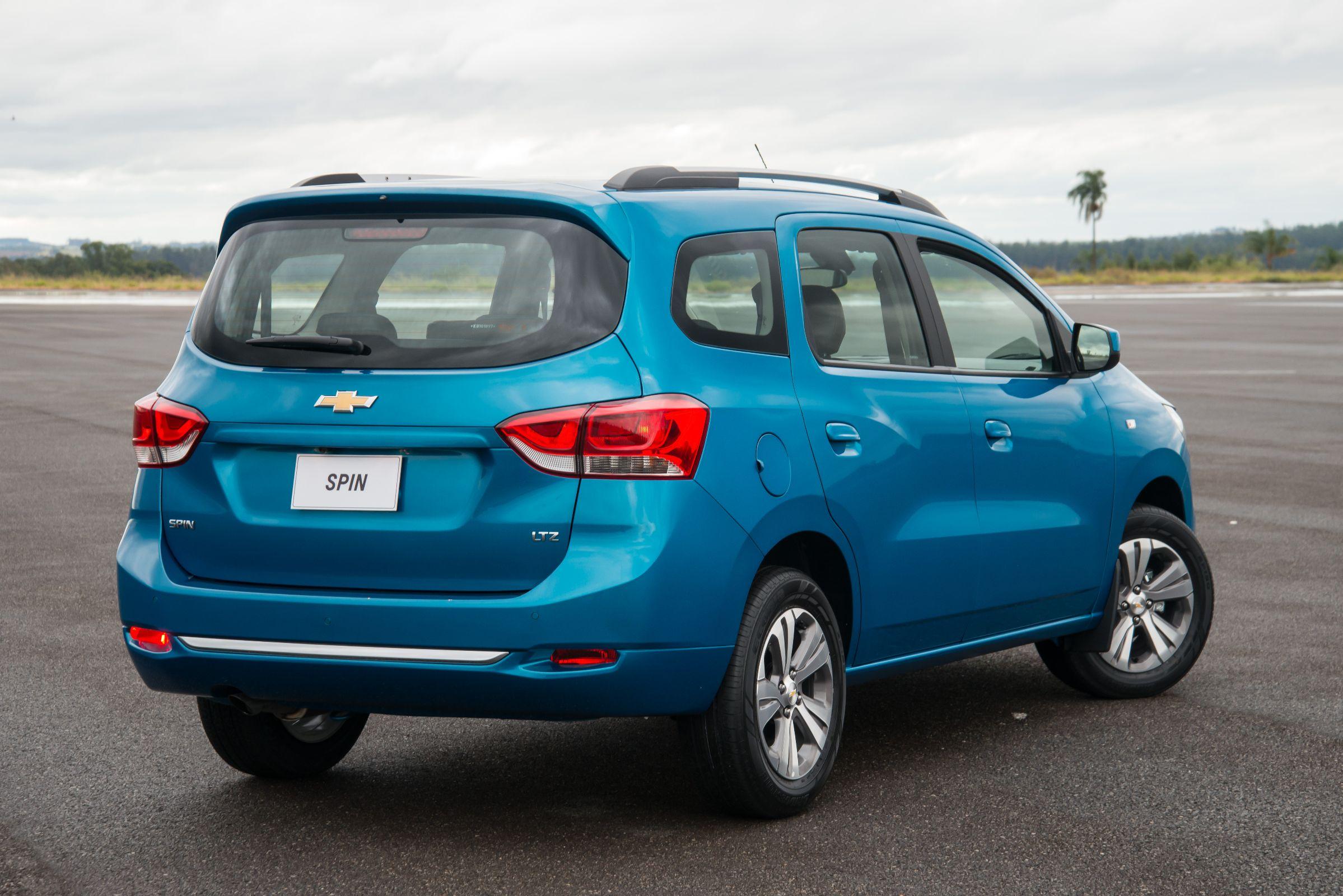 Chevrolet Spin LTZ na cor azul com a traseira em detalhe