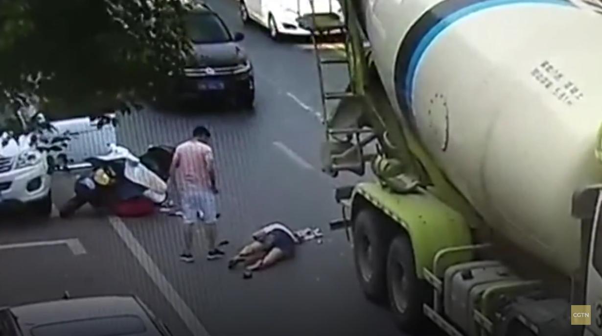 Um vídeo mostra o momento em que um capacete salva mulher quando um caminhão de cimento passou por cima de sua cabeça
