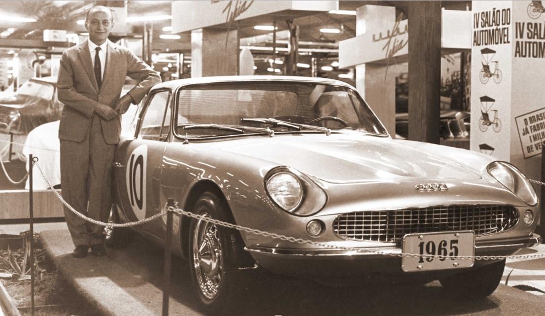 rino malzoni com um GT Malzoni, criado por ele, de frente, em 1965