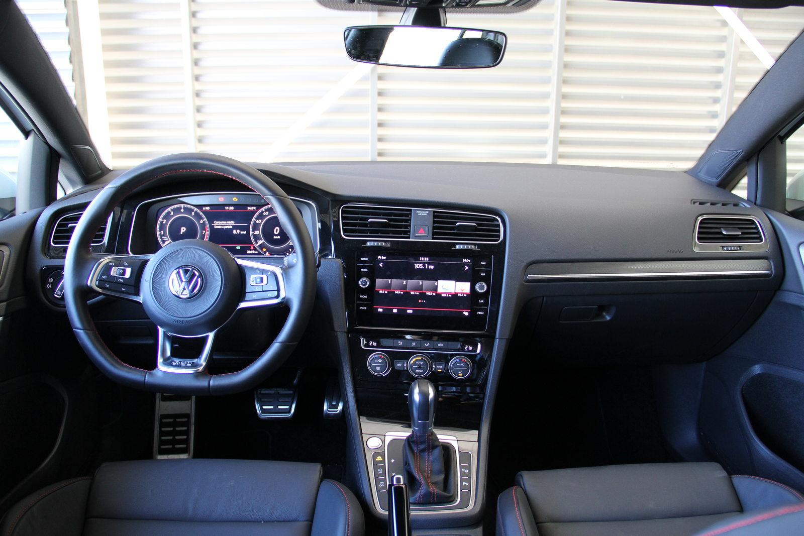 Itens como ar-condicionado automático bizona e retrovisor eletrocrômico vinham de série no Golf GTI