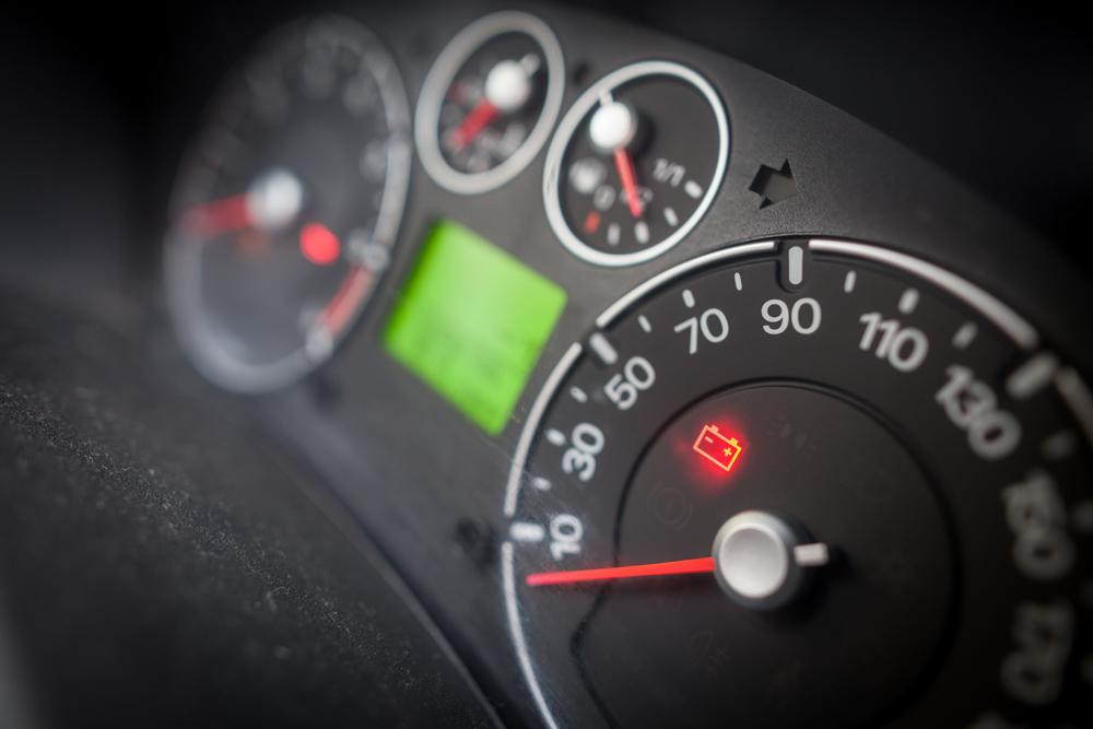 luz-da-bateria-do-carro-acessa-no-painel