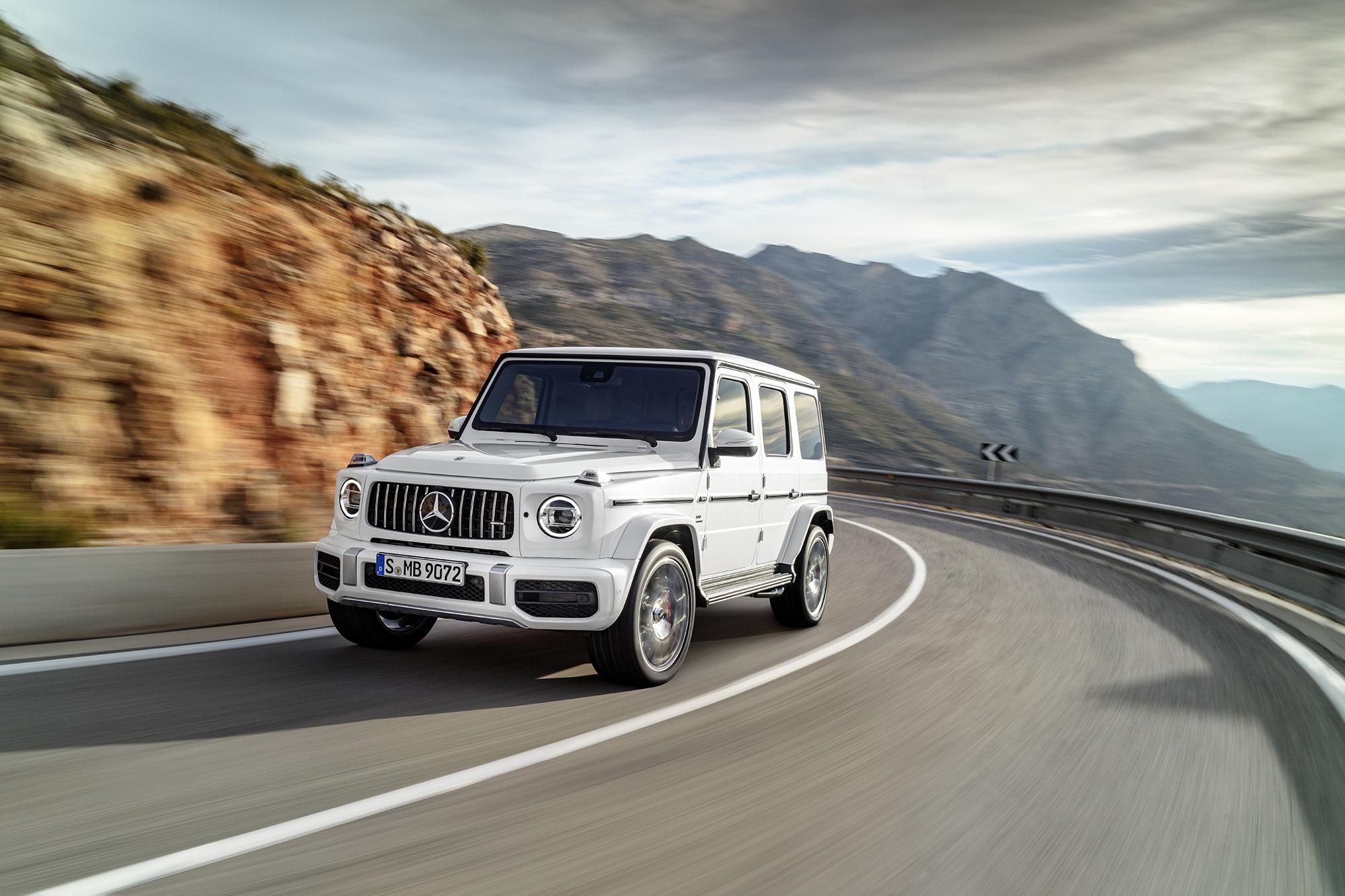 Mercedes AMG G 63 branco em rodovia