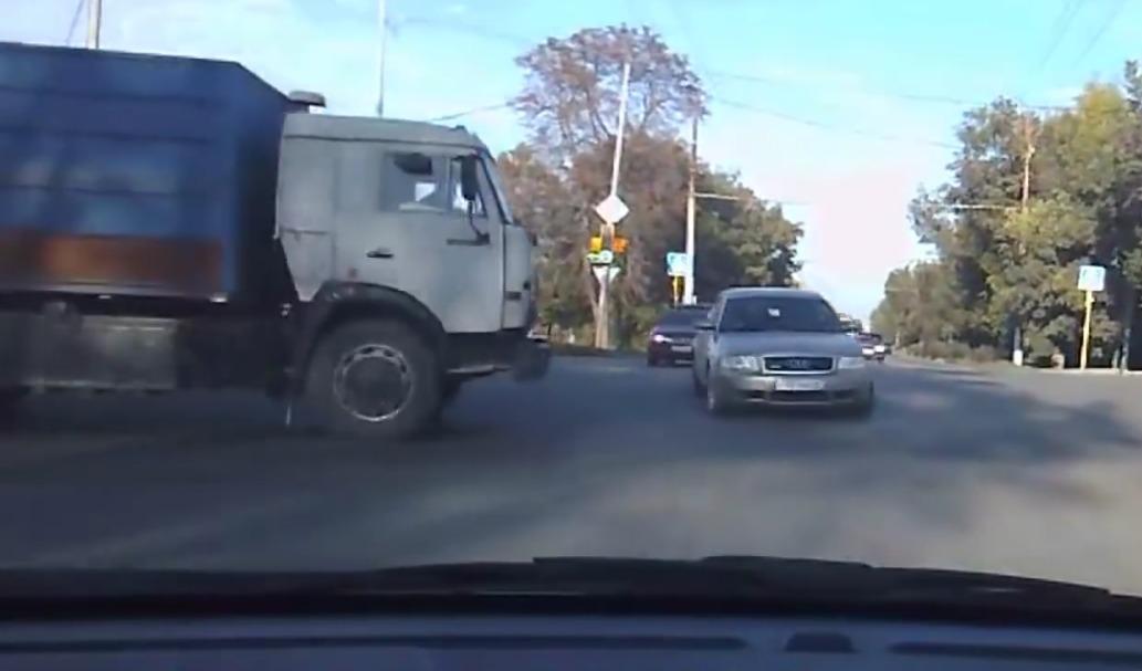 Selecionamos uma compilação de vídeos de acidente onde é possível observar onde o motorista errou, e como ele deveria ter agido.