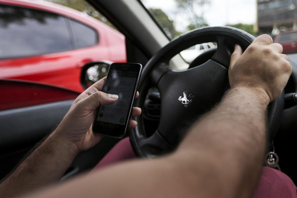 Multas por dirigir falando ao celular crescem 33% em 2018