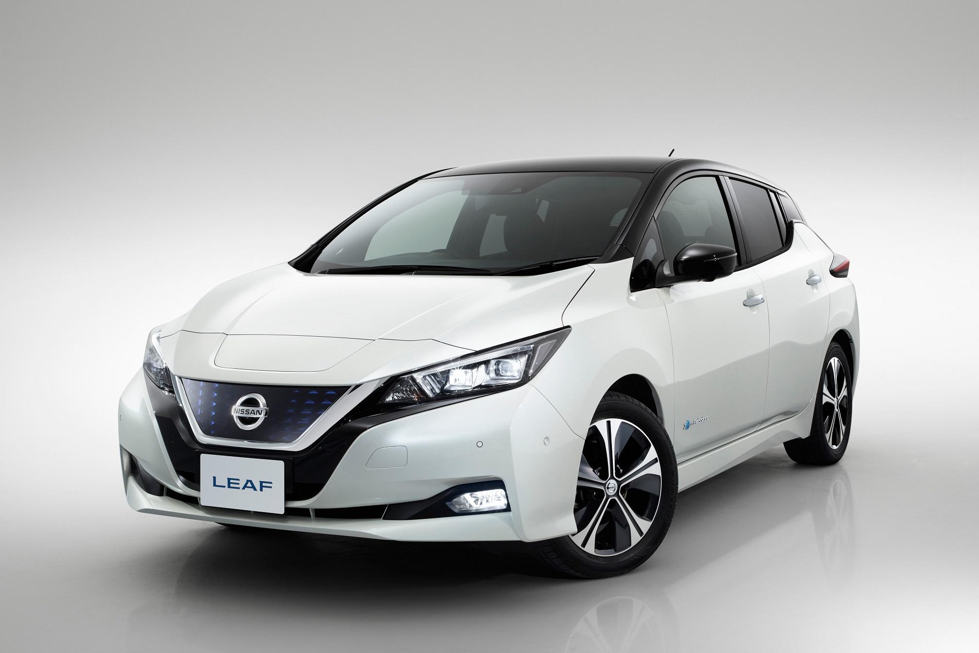 Nissan Leaf branco visto de frente