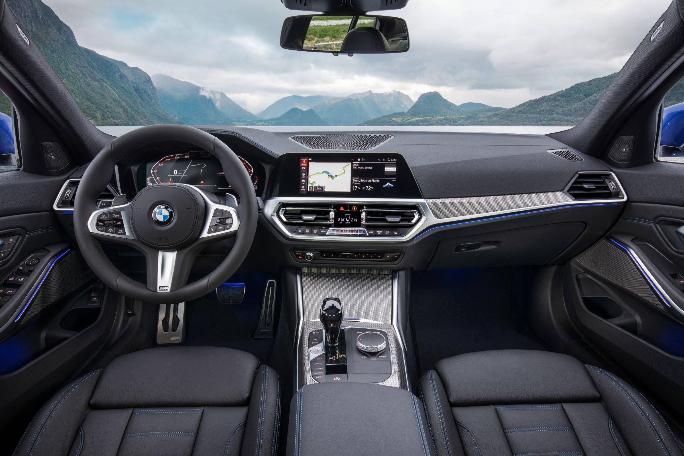 BMW Série 3 2019 é apresentado em Paris. Modelo deve chegar ao mercado brasileiro, importado, no meio de 2019 com duas opções de motorização.