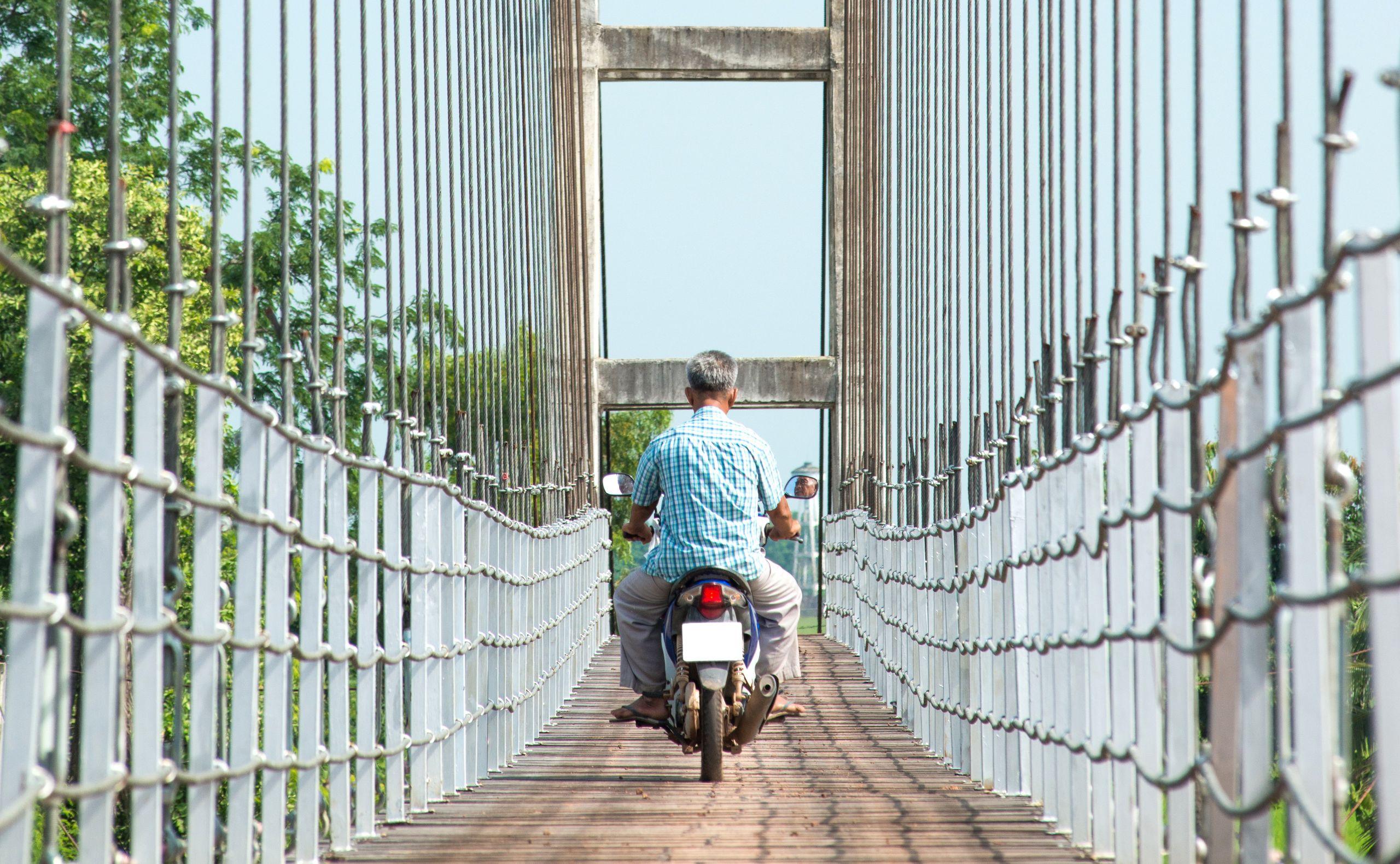 Embora seja uma prática existente no Brasil, trafegar com moto em passarelas, calçadas e acostamento é proibido pelo Código de trânsito Brasileiro.