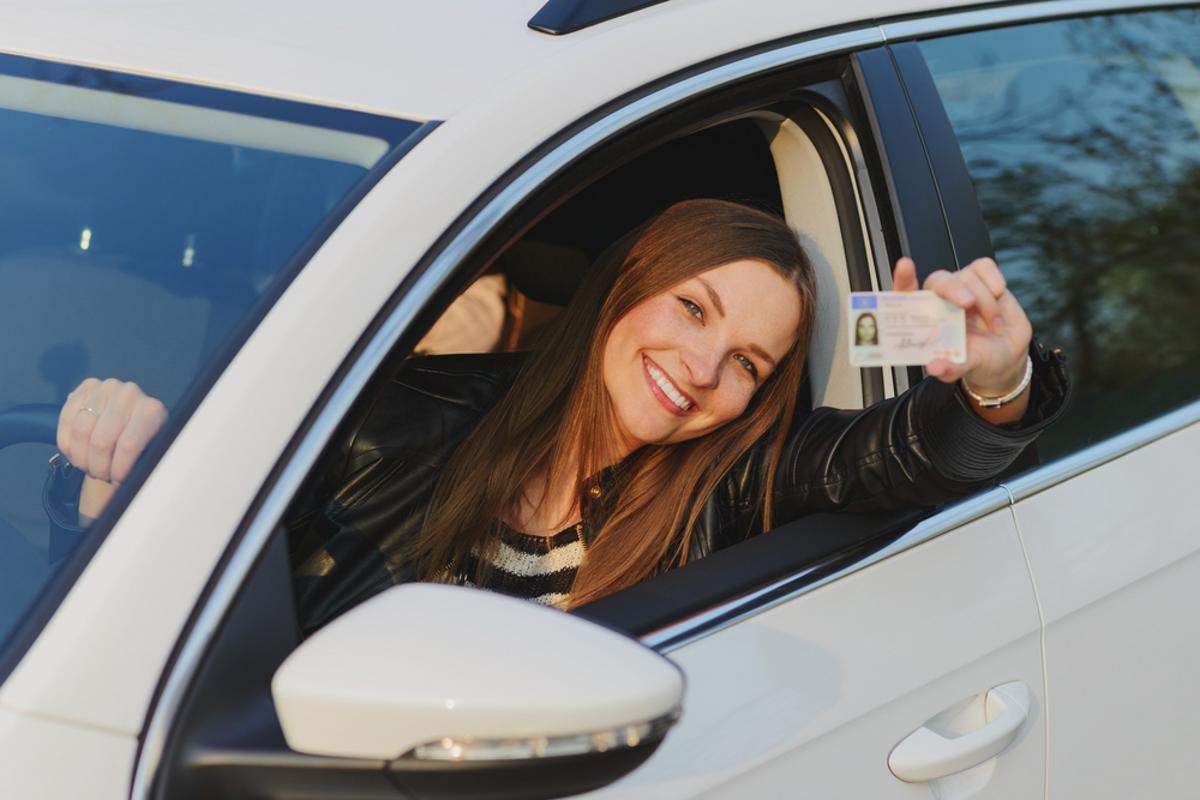 jovem auto escola tirar carteira cnh shutterstock 419353006