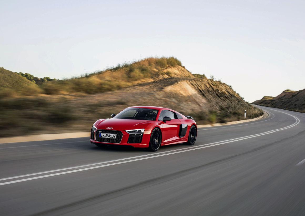 Audi R8 Spyder e R8 Coupé (ano|modelo 2017 e 2018) podem apresentar falha no respiro da transmissão. Possível vazamento de óleo causa risco de incêndio.