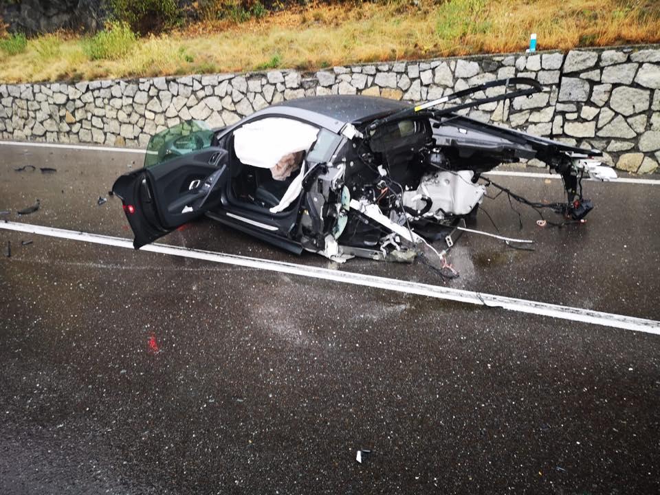 Uma van foi responsável pela colisão que levou ao Audi R8 partido ao meio - surpreendentemente, motorista saiu ileso do acidente, na Itália.