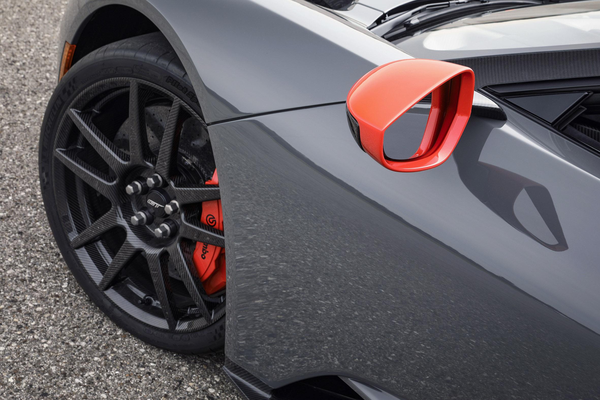 A edição especial do Ford GT, Carbon Series, está disponível para encomendas. Versão é 18 kg mais leve e mantém motor capaz de entregar mais de 300 cv.