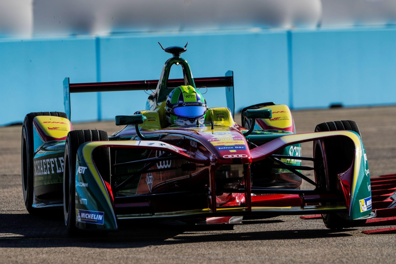 Este carro de corrida elétrico é utilizado pelo piloto brasileiro Lucas Di Grassi nas disputas da Fórmula E, a Fórmula 1 dos elétricos.
