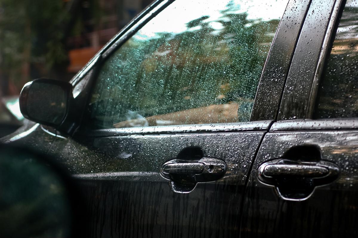 porta carro molhada barulho agua shutterstock 135164219