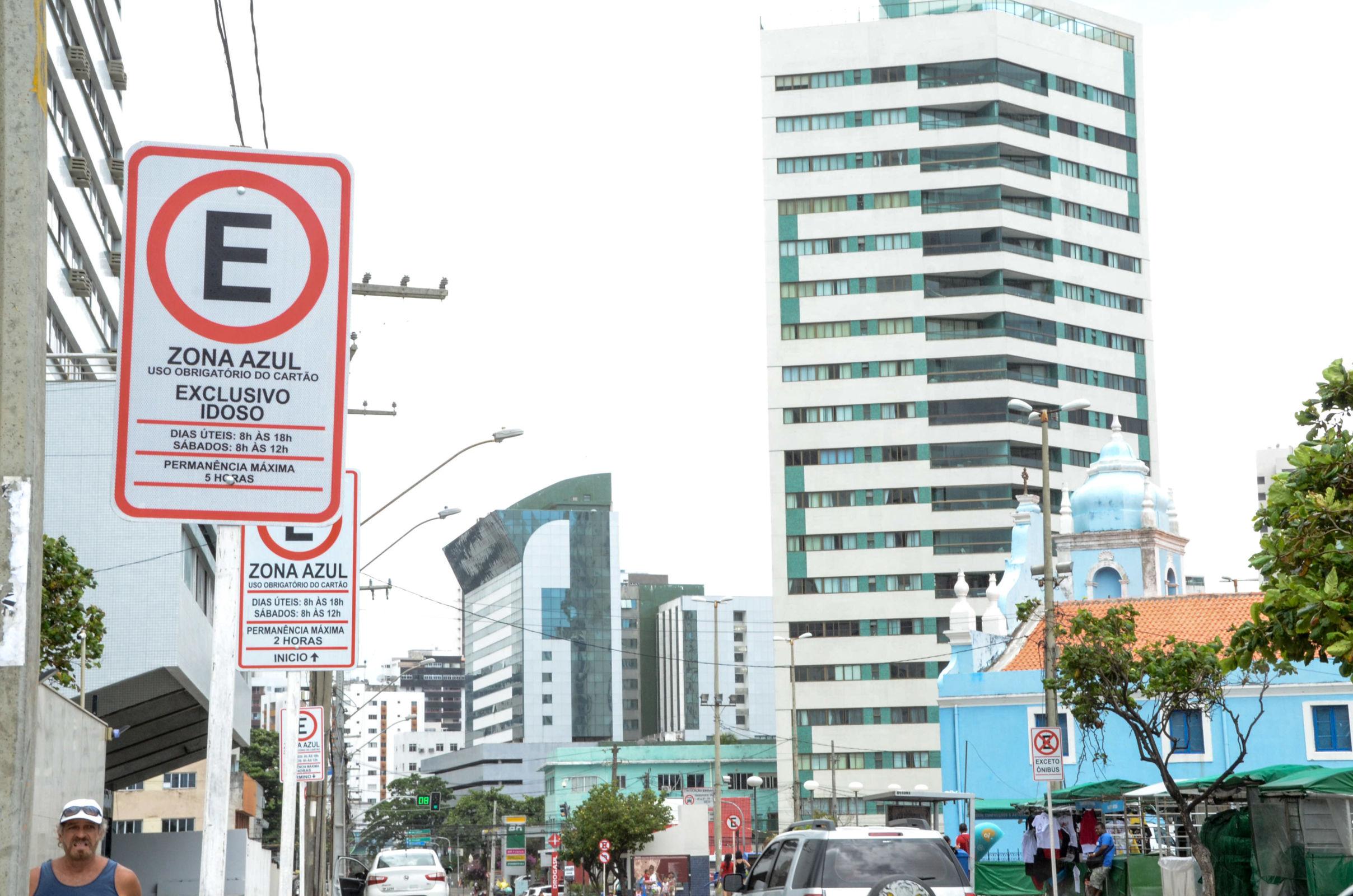 Para escapar das multas, motoristas devem ficar atentos às regras do estacionamento rotativo em cada local, pois ela é definida pela administração municipal