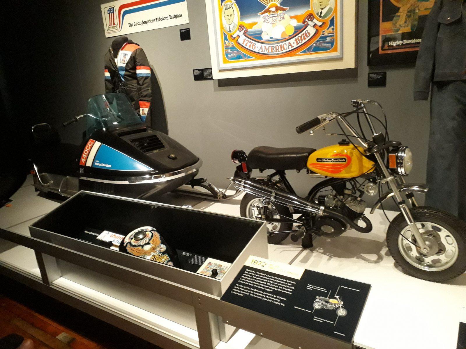 Téo Mascarenhas conta como é o Museu Harley-Davidson, em Milwaukee, nos EUA, que reúne motos feitas ao longo dos 100 anos da marca.