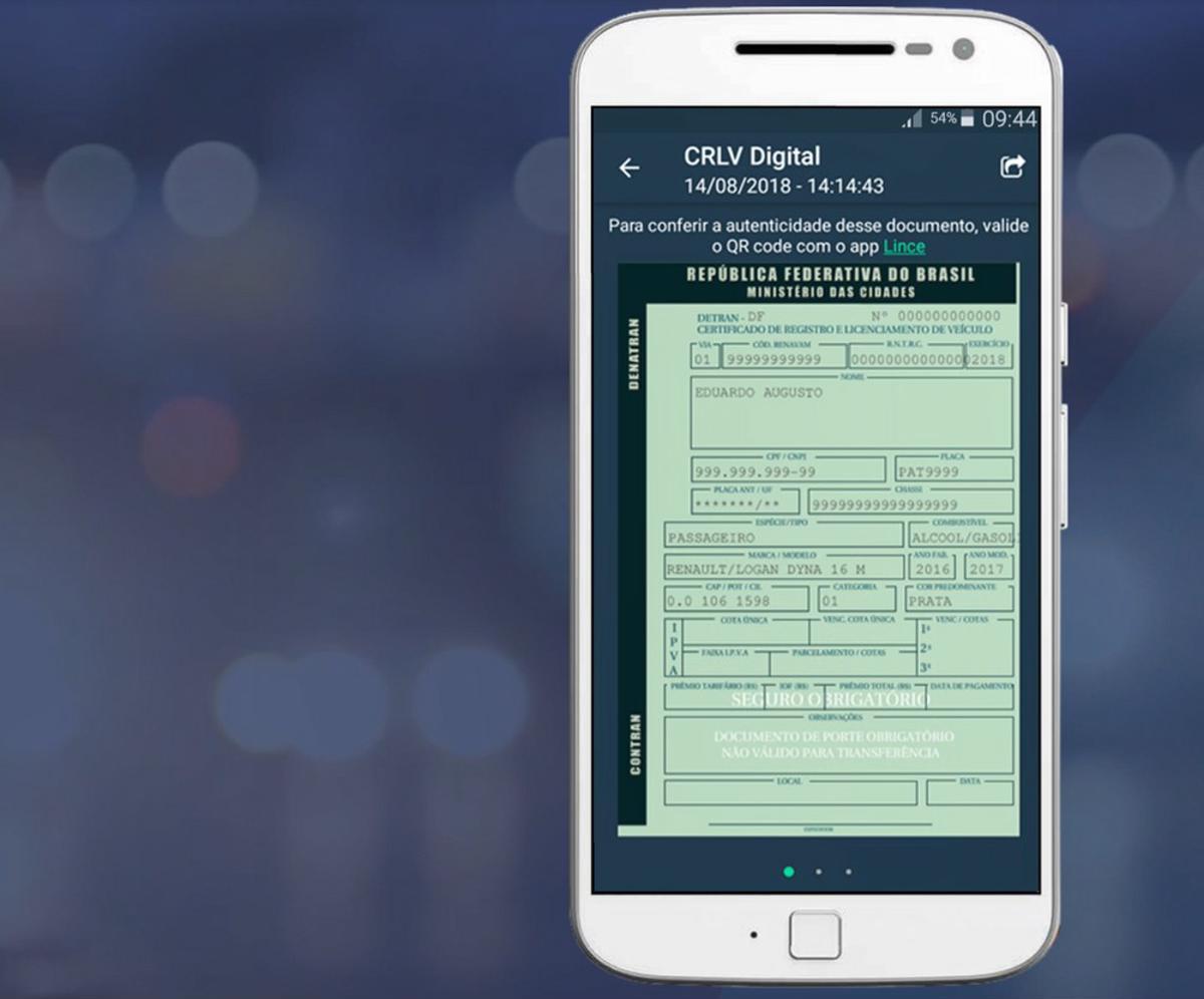 Celular branco com o CRLV digital aberto na tela