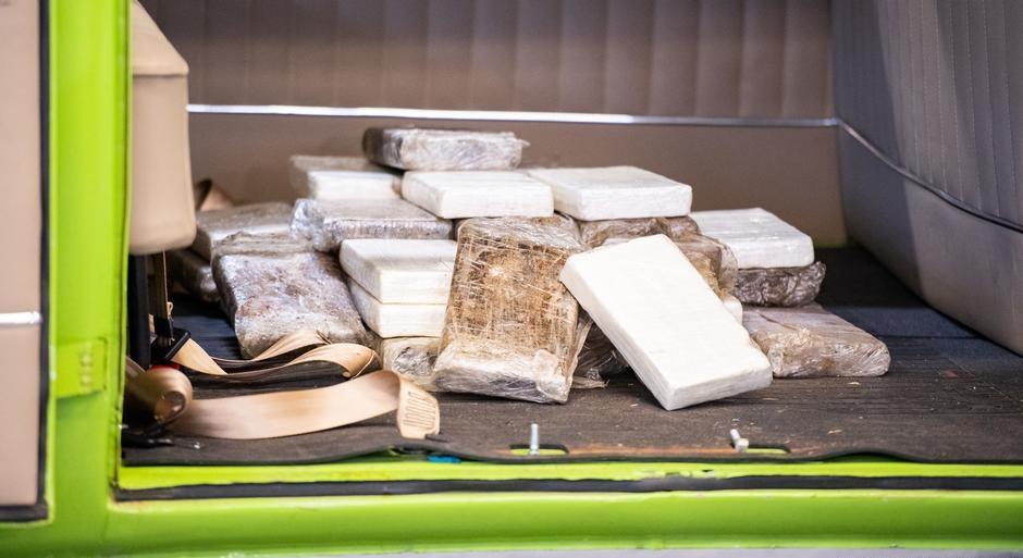 """Kombi carregada com cocaína foi exportada do Brasil, tinha placa de Hortolândia (SP), e chegou a porto na Alemanha com 100 quilos de droga """"ultra-pura""""."""