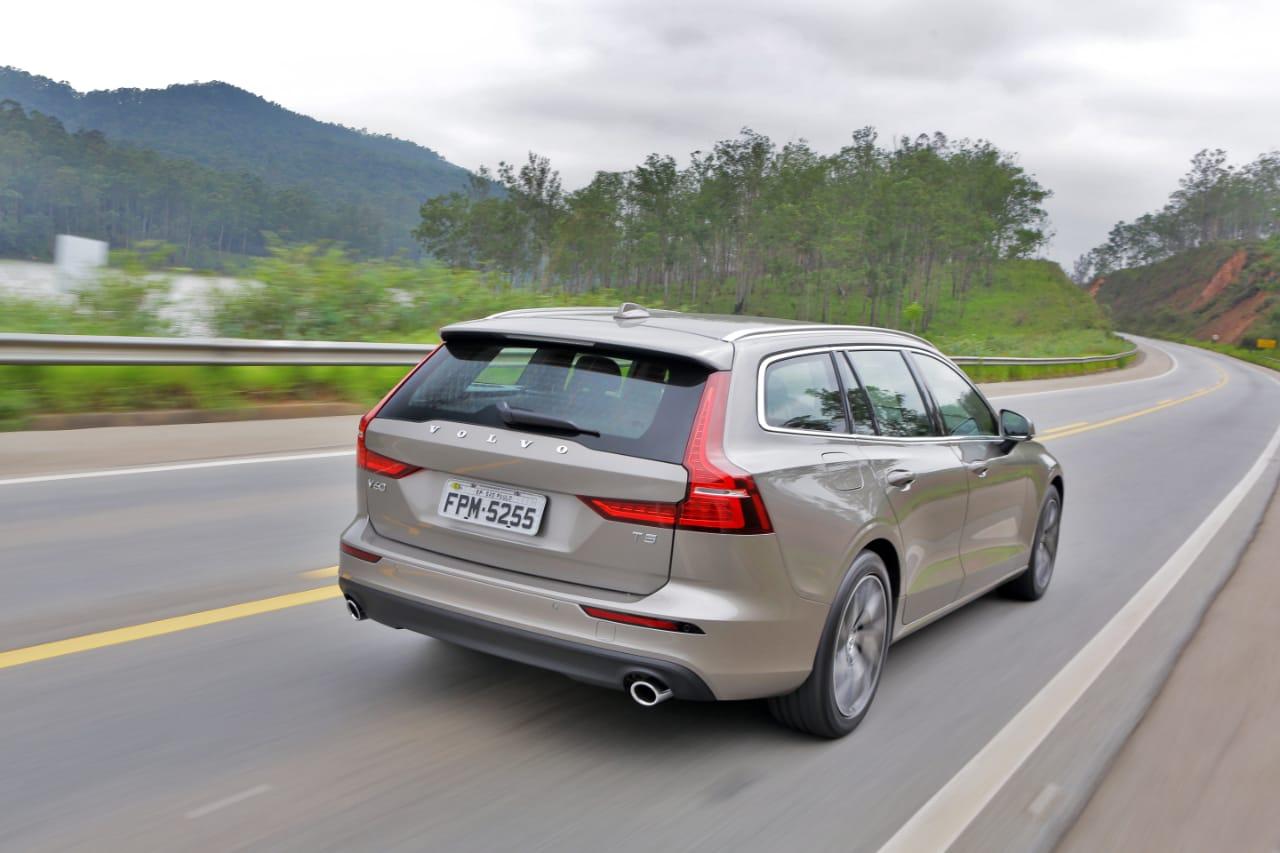 Volvo V60: espaço é generoso