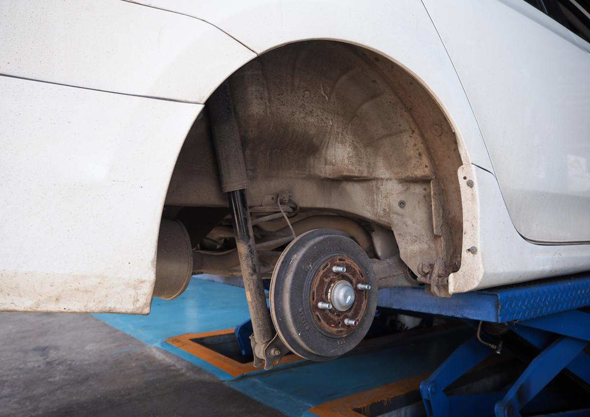freio tambor traseiro shutterstock 471998689