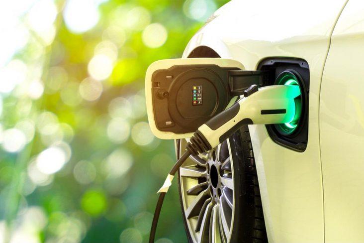 hibrido carregando eletrico rota 2030 shutterstock