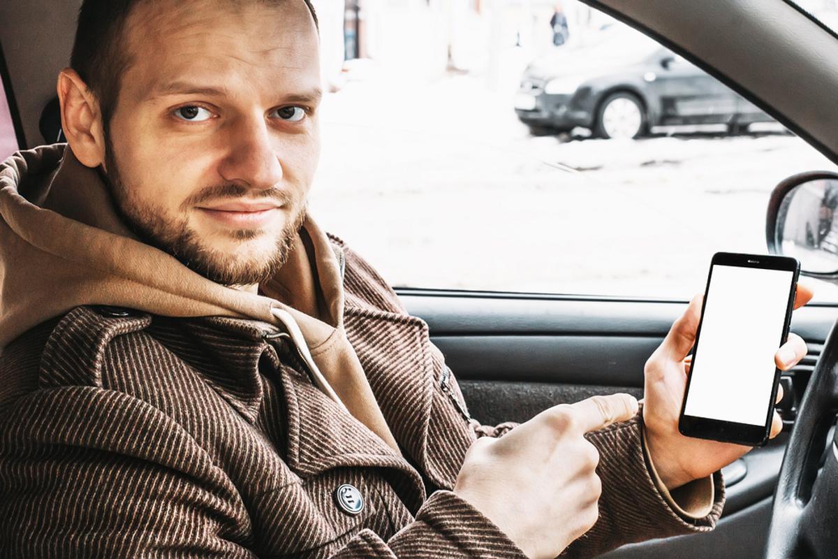 motorista carro celular dirigir cnh digital qr code shutterstock